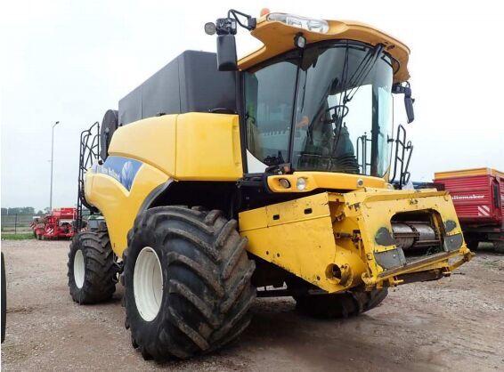NEW HOLLAND CR 9060 grain harvester